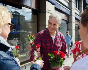 BESTE VALG PÅ 28 ÅR: Norsk Regnesentral forventer at Arbeiderpartiet vil få en valgoppslutning på 33,6 %, og dermed gjøre itt beste kommunevalg siden 1987. Her ved partileder Jonas Gahr Støre som snakker med velgere på gata i Oslo. Foto: Flickr.com/Arbeiderpartiet