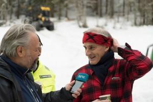 GRUNN TIL Å SMILE: Arbeiderpartiets partileder Jonas Gahr Støre har grunn til å smile over påskegallupen fra VG. Her på tømmerhogst med Mjøsen Skog tidligere i vinter. Foto: Arbeiderpartiet/Flickr
