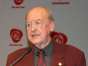 - Det er med stor sorg vi har mottatt budskapet om at tidligere statsminister Odvar Nordli gikk bort i kveld. Våre varmeste tanker går til familien, sier Arbeiderpartiets leder Jonas Gahr Støre.