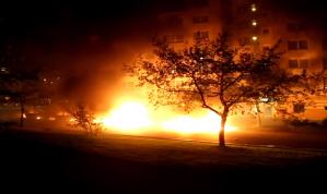 Opptøyene i Husby i Stockholm minner om borgerkrigslignende tilstander. Sammenstøt mellom bevæpnet politi og sinte sivilister, bilbranner og eksplosjoner, steinkasting og vold. Stadig flere peker på at årsaken til opptøyene er politiske, og at det er mislykket borgerlig politikk over mange år som er årsaken til opptøyene.