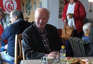 Thorvald Stoltenberg er død, 87 år gammel. -For mange i og utenfor Norge er det i dag som om en av våre nærmeste er gått bort. Han satte mennesker først, ga aldri opp, kjente alle, og alle kjente Thorvald. Det er mange i dag som vil kjenne på en personlig sorg ved nyheten om Thorvalds bortgang, sier Arbeiderpartiets leder Jonas Gahr Støre.