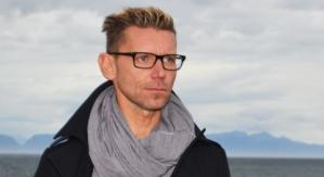 Lokalpolitiker Tom Arne Pettersen er forbannet på Erna Solberg og avtalen Høyre har inngått med Frp, Krf og Venstre. Nå melder han seg ut av Høyre i protest.