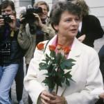 Gro Harlem Brundtland fyller 70 år, her som statsminister foran slottet etter første statsråd som regjeringssjef